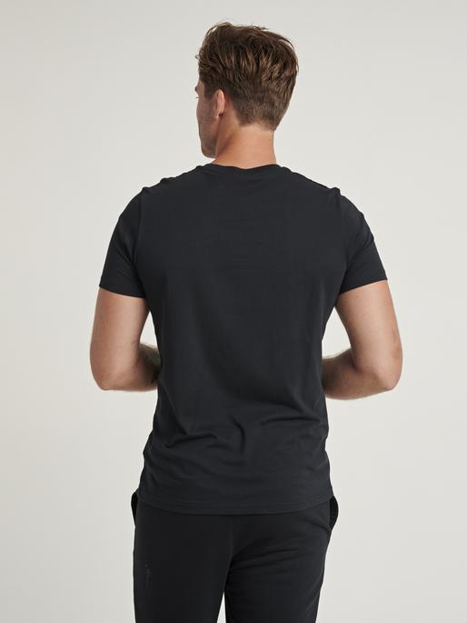 hmlPARSON T-SHIRT, BLACK, model