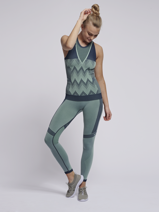 hmlASTRID SEAMLESS TOP, ICE GREEN, model