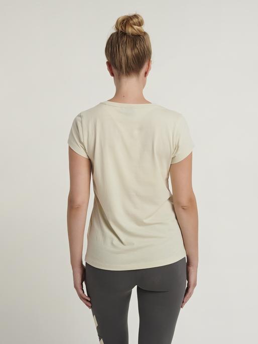 hmlSENGA T-SHIRT S/S, BONE WHITE, model