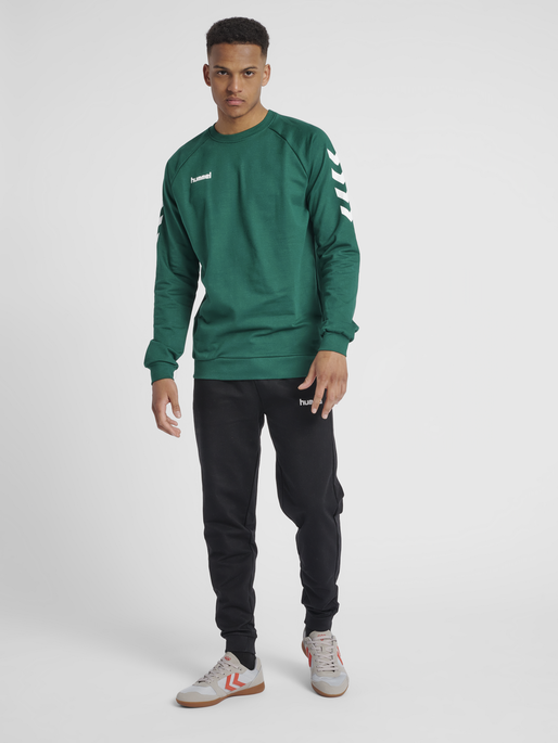 HUMMEL GO COTTON SWEATSHIRT, EVERGREEN, model