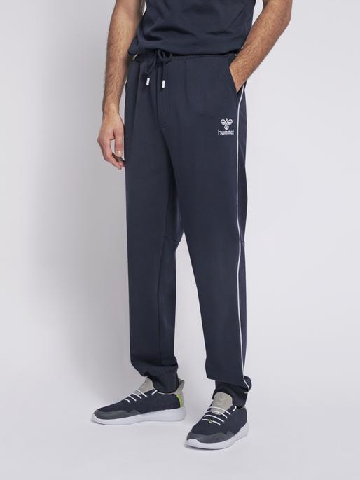 hmlLAYTON REGULAR PANTS, BLACK IRIS, model