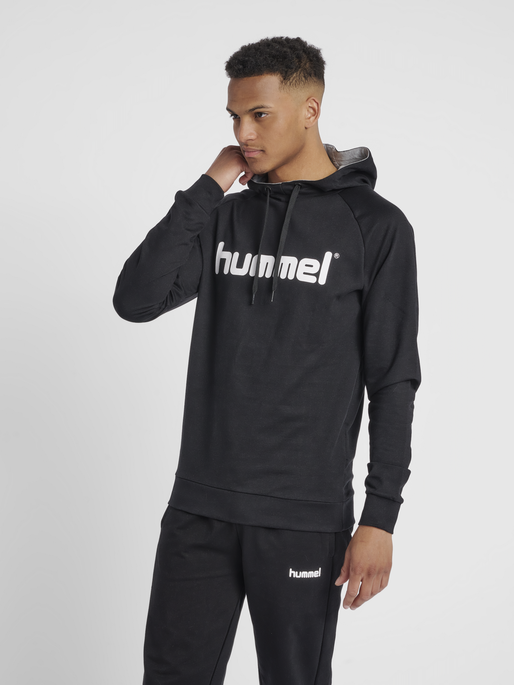 HUMMEL GO COTTON LOGO HOODIE, BLACK, model