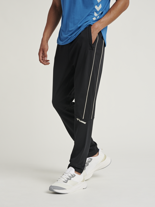 hmlAMOS TAPERED PANTS, BLACK, model