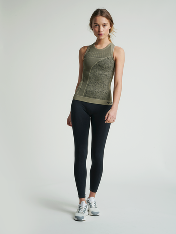 hmlHANA SEAMLESS TOP, VETIVER, model