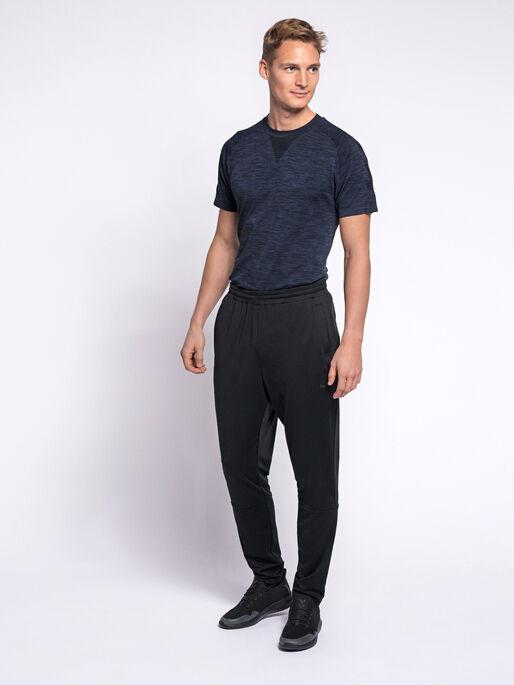 hmlASTON TAPERED PANTS, BLACK, model