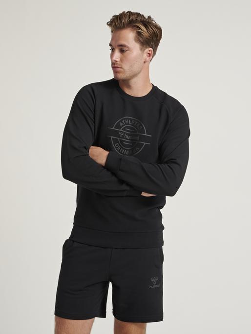 HMLDARE SWEAT SHIRT, BLACK, model