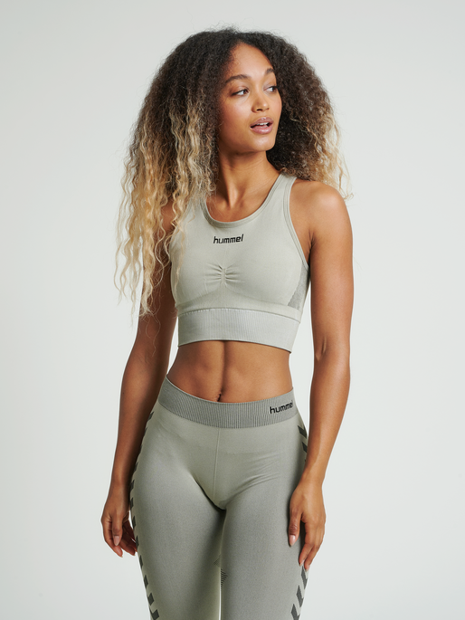 HUMMEL FIRST SEAMLESS BRA WOMEN, LONDON FOG, model