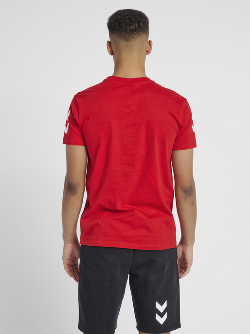 HUMMEL GO COTTON T-SHIRT S/S, TRUE RED, model
