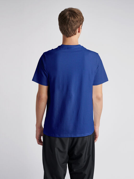 hmlWEST COAST T-SHIRT S/S, MAZARINE BLUE, model
