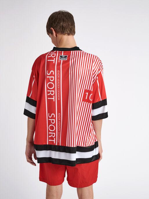 hmlDANSK OVERSIZED T-SHIRT S/S, TRUE RED, model