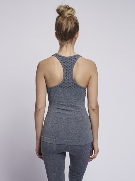 CLASSIC BEE CI SEAMLESS TOP, OMBRE BLUE MELANGE, model