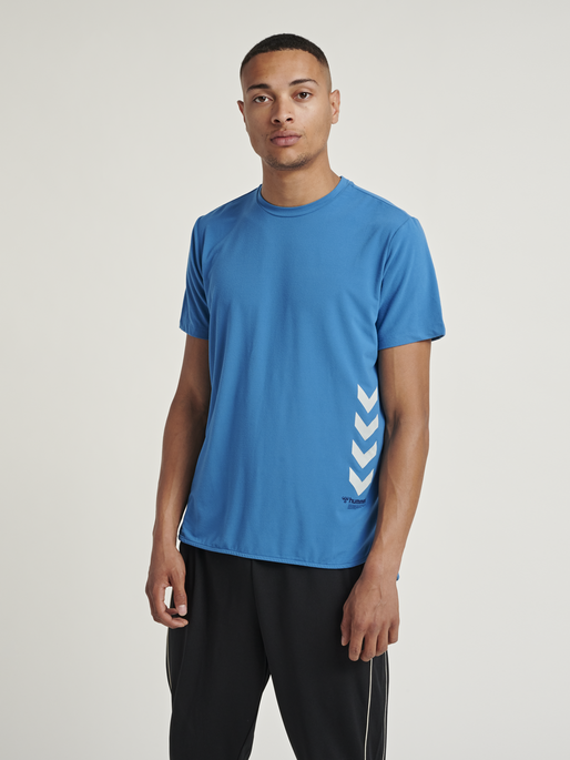 hmlMARLEY T-SHIRT, BLUE SAPPHIRE, model
