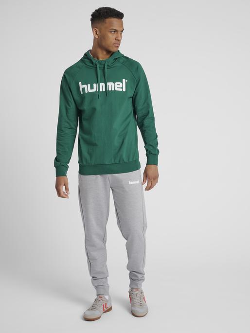 HUMMEL GO COTTON LOGO HOODIE, EVERGREEN, model