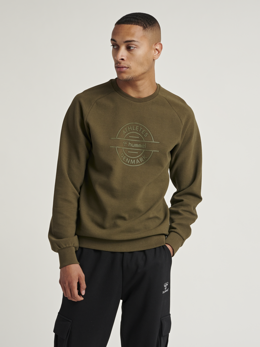 HMLDARE SWEAT SHIRT, FOREST NIGHT, model