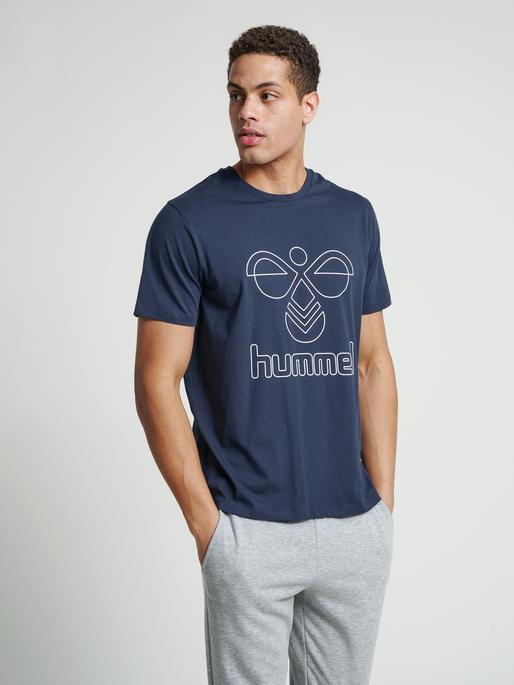 hmlPETER T-SHIRT S/S, BLUE NIGHTS, model
