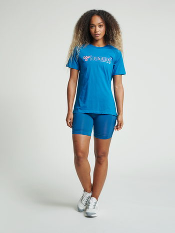 hmlZENIA T-SHIRT S/S, MYKONOS BLUE, model