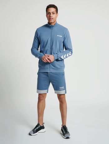 hmlCONNOR SHORTS, CHINA BLUE, model