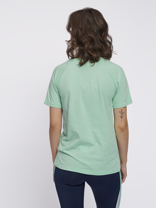 hmlZENIA T-SHIRT S/S, ICE GREEN, model