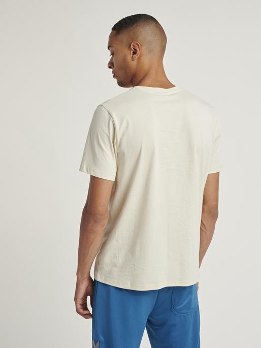 hmlISAM T-SHIRT, BONE WHITE, model