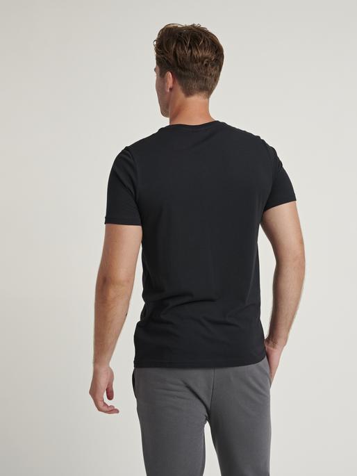 hmlACTON T-SHIRT, BLACK, model