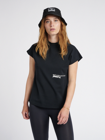 hmlHABITAT T-SHIRT, BLACK, model