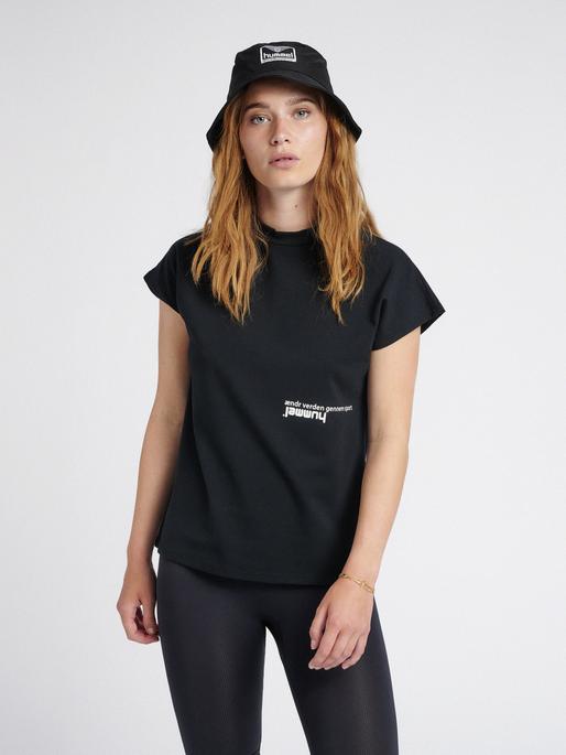 hmlHABITAT T-SHIRT, BLACK, model