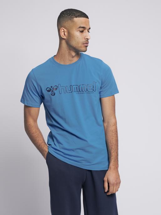 hmlMARCEL T-SHIRT S/S, BLUE ASTER, model